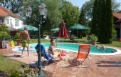 Bár közel a Balaton, a medencét mindig sokan használják