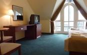A szálloda 34 kétágyas, zuhanyzós szobával, 3 lakosztállyal és 6 faházzal várja vendégeit