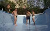 úszómedence építés - Feszül a fólia