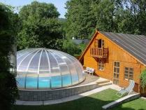 Medencefedések tágas hellyel: polikarbonát kupola