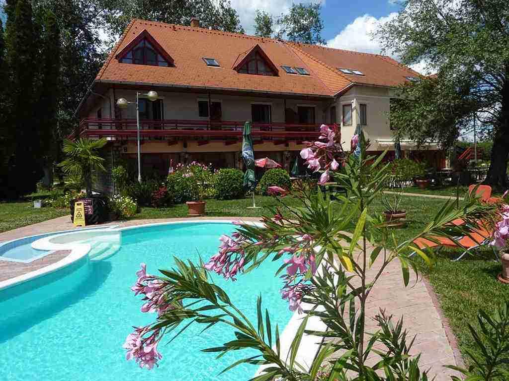 Claire 08 medence balatonkeresztúri szálloda kertjében